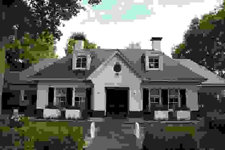 Symmetrische voorgevel maakt de entree statig Landelijke huizen van Arceau Architecten B.V. Landelijk