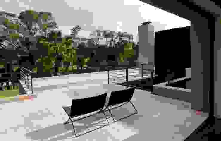 House Sed Balcones y terrazas de estilo moderno de Nico Van Der Meulen Architects Moderno