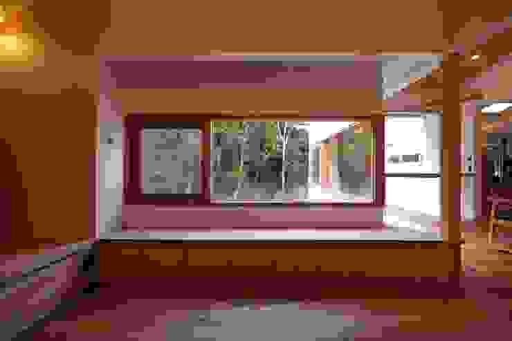 リビングの木製窓より、森の景色を楽しむ 北欧スタイル 窓&ドア の みゆう設計室 北欧