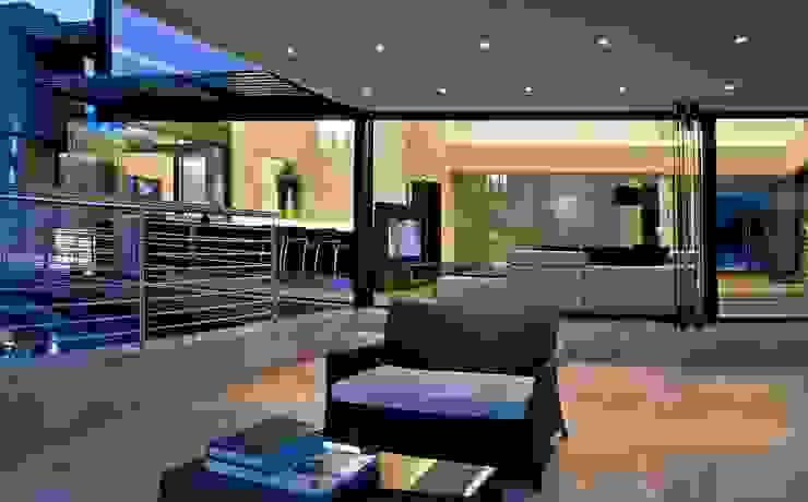 House Tat Modern balcony, veranda & terrace by Nico Van Der Meulen Architects Modern