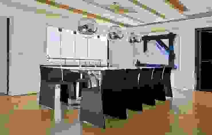 House Tat Modern dining room by Nico Van Der Meulen Architects Modern
