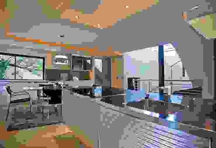 House Tat Modern kitchen by Nico Van Der Meulen Architects Modern