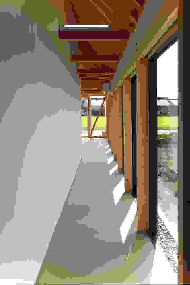 Pasillos, vestíbulos y escaleras de estilo ecléctico de 五藤久佳デザインオフィス有限会社 Ecléctico
