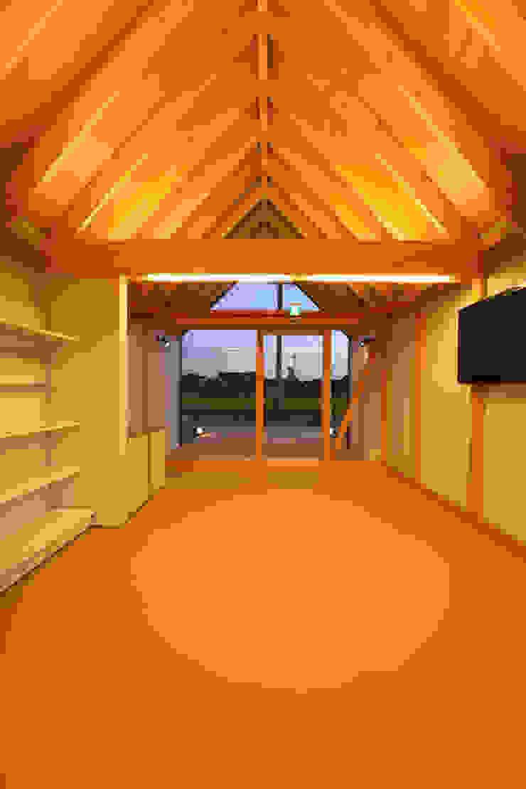 Salas multimedia de estilo ecléctico de 五藤久佳デザインオフィス有限会社 Ecléctico