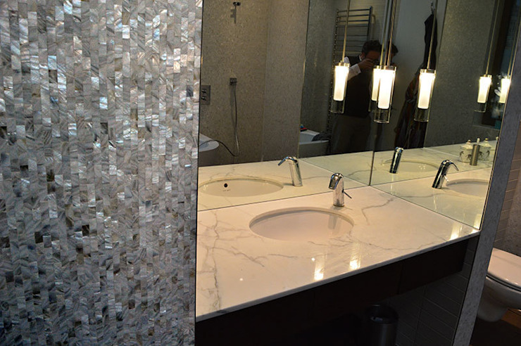 Seamless freshwater pure white mother of pearl used in the bathroom and kitchen of architect Timothy Crum's home. モダンスタイルの お風呂 の ShellShock Designs モダン