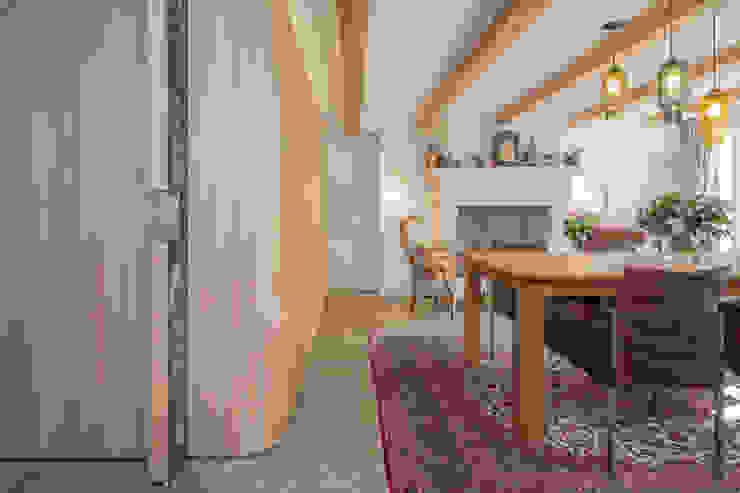 De nieuwe iepenhouten kern met grote krijtbord schuifdeur Eclectische eetkamers van CUBE architecten Eclectisch