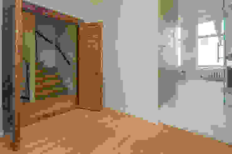 toegang naar de ouder-slaapverdieping en badkamer via oude arabische deur Eclectische badkamers van CUBE architecten Eclectisch