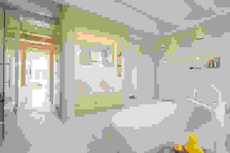 de moderne kern in het midden van de monumentale schil Moderne badkamers van CUBE architecten Modern