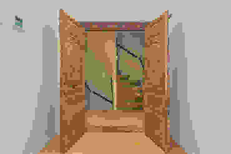 Oude deuren van de opdrachtgever als toegang tot de slaapkamer Eclectische badkamers van CUBE architecten Eclectisch