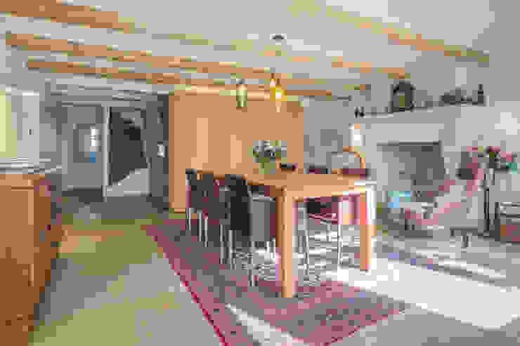 De eetkamer met de moderne kern als meubel in de oude woning Eclectische eetkamers van CUBE architecten Eclectisch