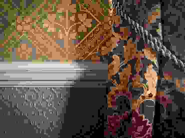 Triad wallpaper above dado and Lincrusta below dado line od The Victorian Emporium Klasyczny