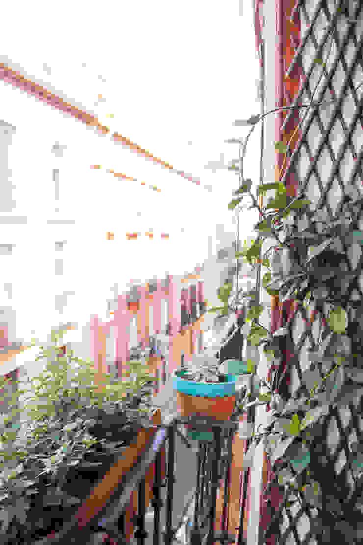 Apartamento en Malasaña Balcones y terrazas de estilo mediterráneo de CARLA GARCÍA Mediterráneo