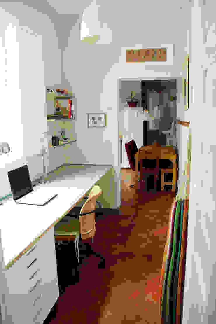 Apartamento en Malasaña Estudios y despachos de estilo colonial de CARLA GARCÍA Colonial