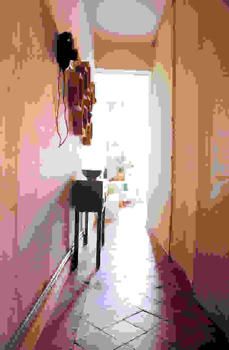 Apartamento en Malasaña Pasillos, vestíbulos y escaleras de estilo clásico de CARLA GARCÍA Clásico