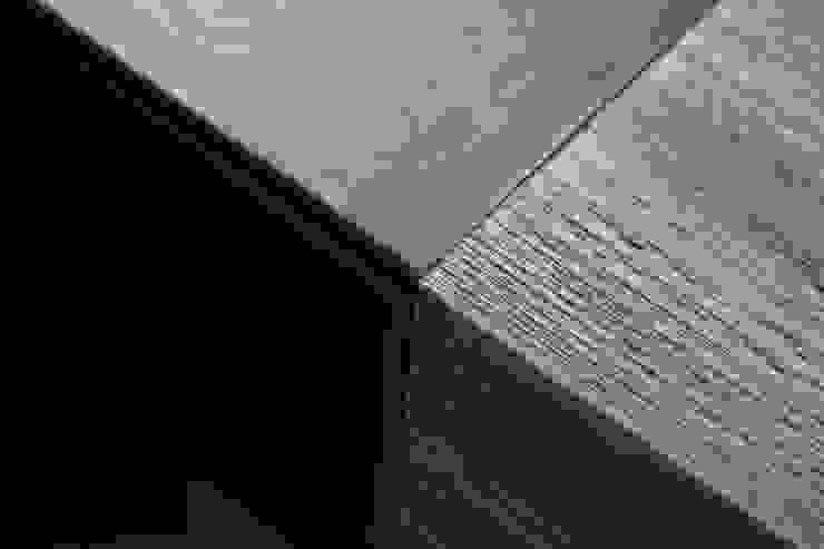 Dettaglio scrittoio inserto in pelle Camera da letto moderna di DF Design Moderno