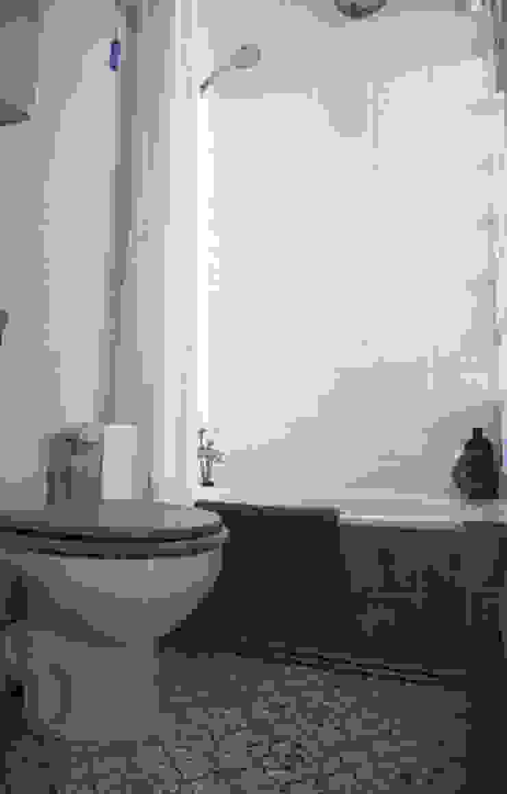 Apartamento en Malasaña Baños de estilo mediterráneo de CARLA GARCÍA Mediterráneo