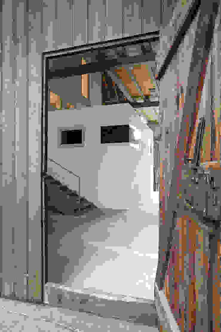 Haus im Haus Moderner Flur, Diele & Treppenhaus von ab.rm - gesellschaft für interdisziplinäres arbeiten in den bereichen architektur, urbanistik, design, kunst Modern