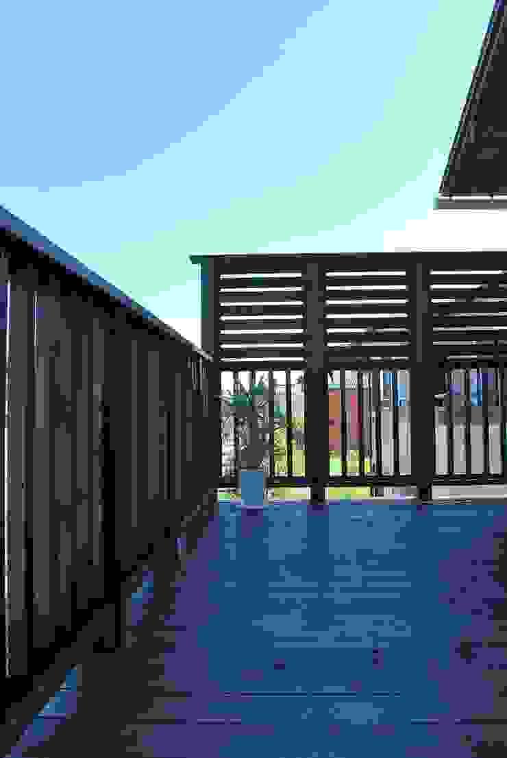 西川真悟建築設計 Balcones y terrazas modernos