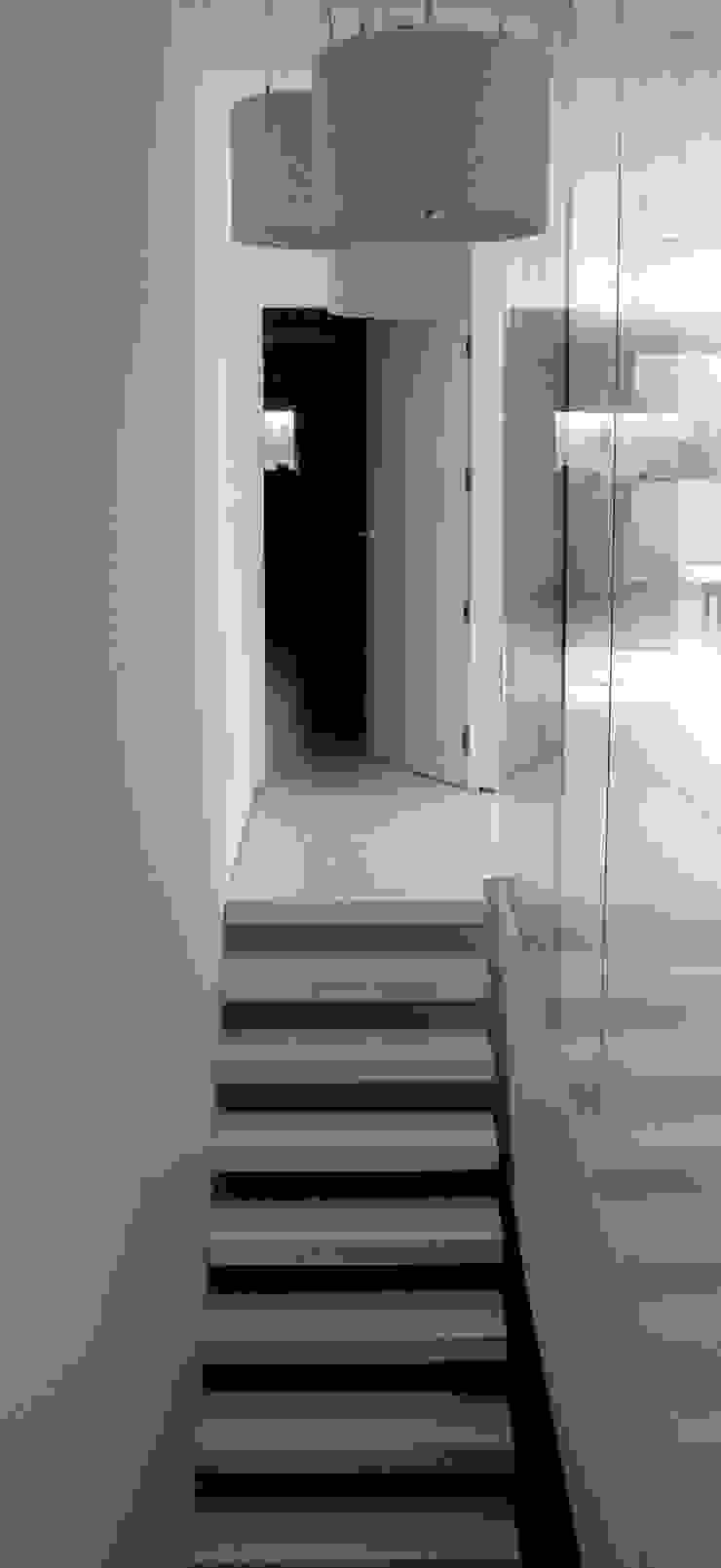 Zicht op trap met toegang tot leefruimte. Minimalistische gangen, hallen & trappenhuizen van aHa-architecten gcv Minimalistisch