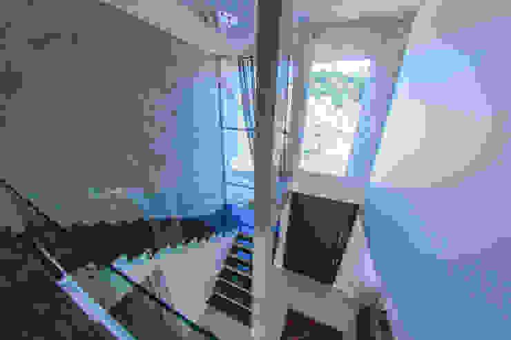 Nowoczesny korytarz, przedpokój i schody od Cecyn Arquitetura + Design Nowoczesny