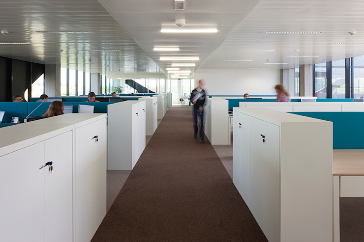 werkplekken Moderne kantoorgebouwen van PUUR interieurarchitecten Modern
