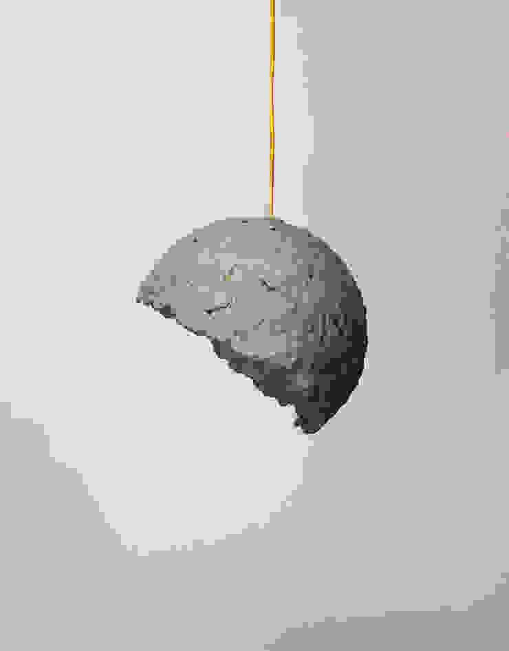 """""""Globe"""" wisząca lampa z papierowej pulpy od Crea-re Studio Industrialny"""
