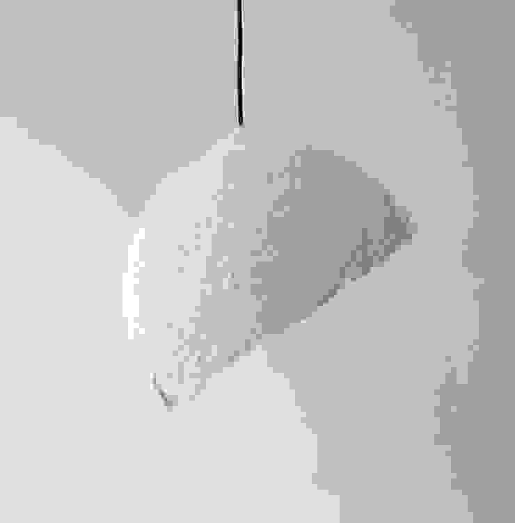 """""""Globe blanco"""" wisząca lampa z papierowej pulpy od Crea-re Studio Minimalistyczny"""