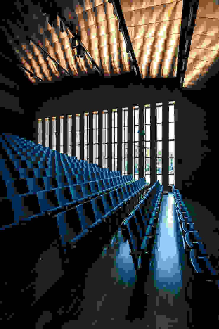 Wnętrze - aula od METEOR ARCHITECTS Anna Pszonak Nowoczesny