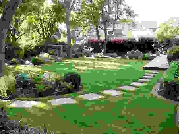 Shady family garden โดย Louise Yates Garden Design โมเดิร์น