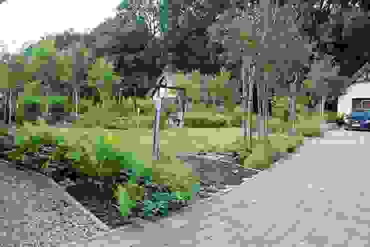 Widok na ogród od podjazdu do garażu od Garden Idea - Projektowanie Ogrodów Nowoczesny