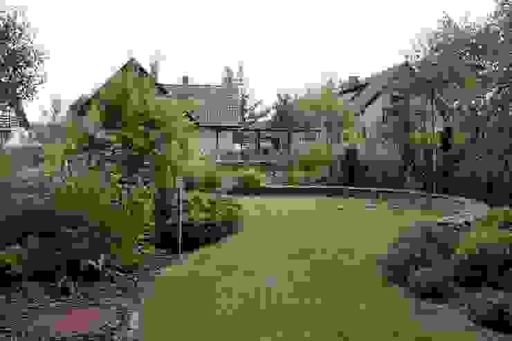 Ogród pod lasem od Garden Idea - Projektowanie Ogrodów Nowoczesny