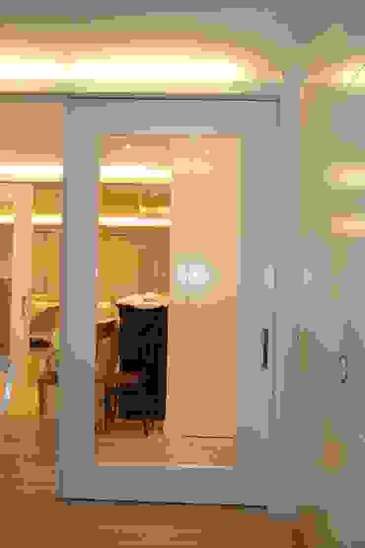 Puertas de interior Salones de estilo minimalista de info3621 Minimalista