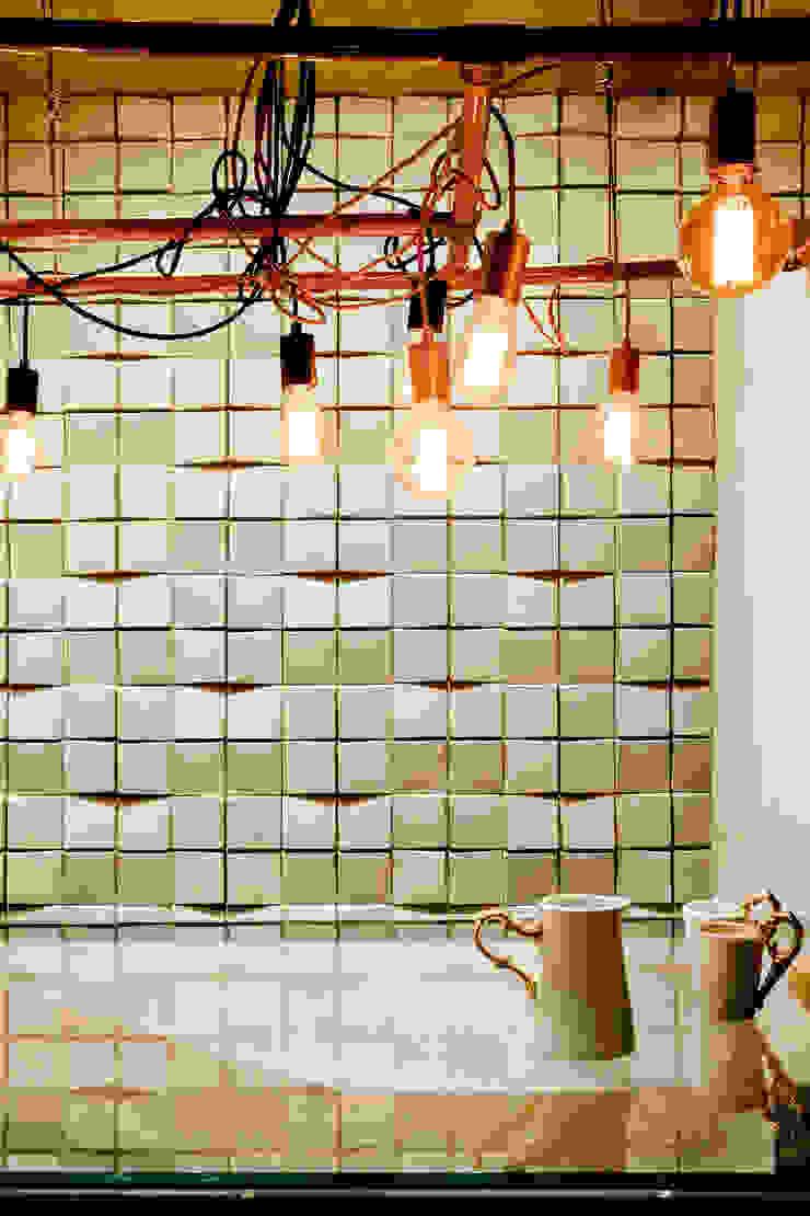 Detalhe da Luminária produzida e desenhada pelo escritório Escritórios industriais por SAINZ arquitetura Industrial