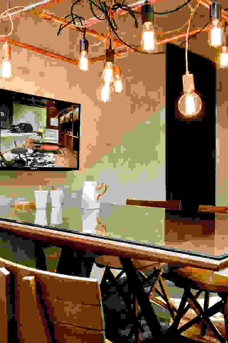 Detalhe da mesa de reuniões Escritórios industriais por SAINZ arquitetura Industrial