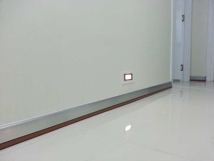Pasillos, vestíbulos y escaleras de estilo minimalista de Emre Urasoğlu İç Mimarlık Tasarım Ltd.Şti. Minimalista