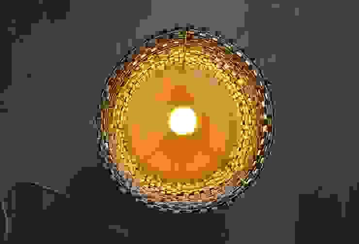 Podłogowa lampa z klamerek od Crea-re Studio Industrialny