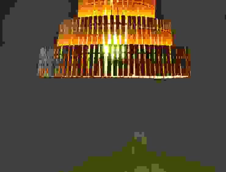 Wisząca lampa z klamerek II od Crea-re Studio Industrialny