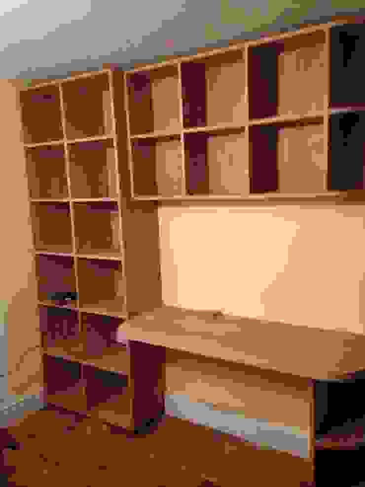 white oak build-in book shelves & desk: modern  by woodstylelondon, Modern