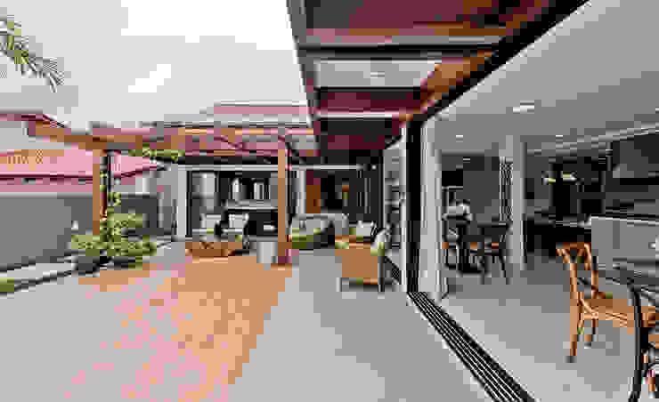 Hiên, sân thượng phong cách nhiệt đới bởi Espaço do Traço arquitetura Nhiệt đới