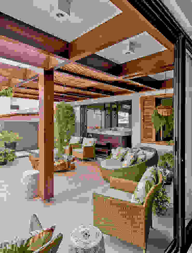 Uma casa para receber a família Varandas, alpendres e terraços tropicais por Espaço do Traço arquitetura Tropical
