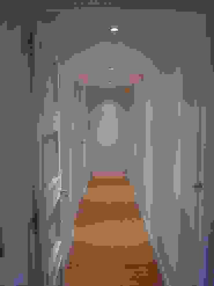 Proyectos y Mobiliario Pasillos, vestíbulos y escaleras de estilo moderno de DEKMAK interiores Moderno