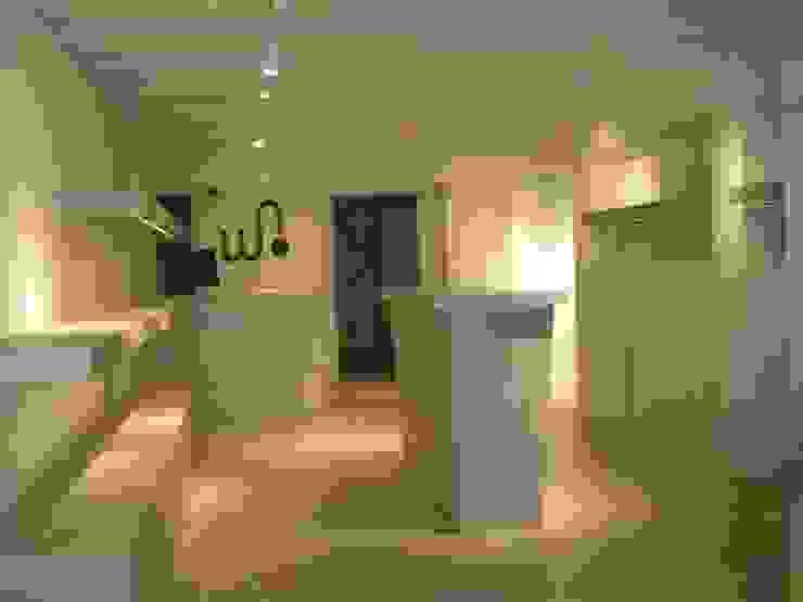 Proyectos y Mobiliario Espacios comerciales de estilo moderno de DEKMAK interiores Moderno