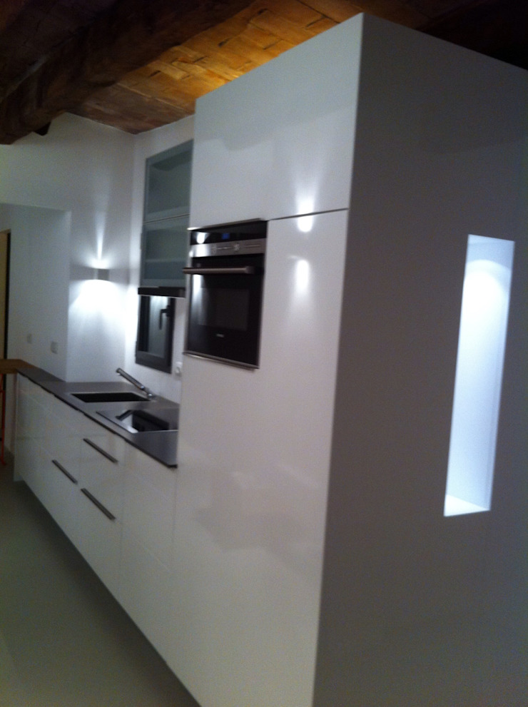 Proyectos y Mobiliario Cocinas de estilo moderno de DEKMAK interiores Moderno