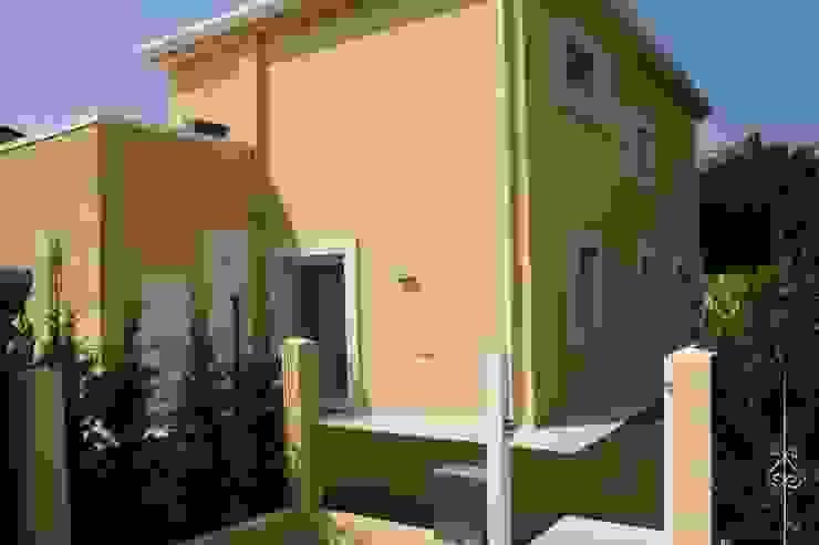 Villa E Case moderne di GROMATRE Moderno