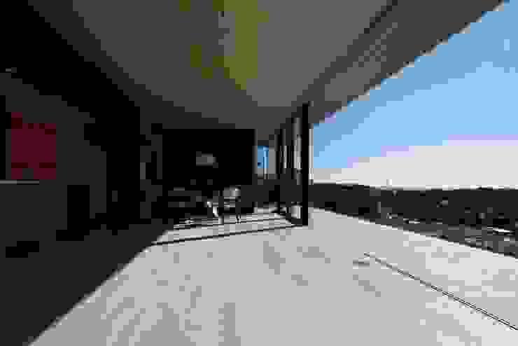 リビング | CASA BARCA | 海を眺める豪邸(別荘建築) モダンデザインの リビング の Mアーキテクツ|高級邸宅 豪邸 注文住宅 別荘建築 LUXURY HOUSES | M-architects モダン