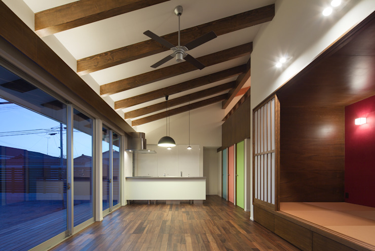 和傘の家: 田村の小さな設計事務所が手掛けたダイニングです。,モダン