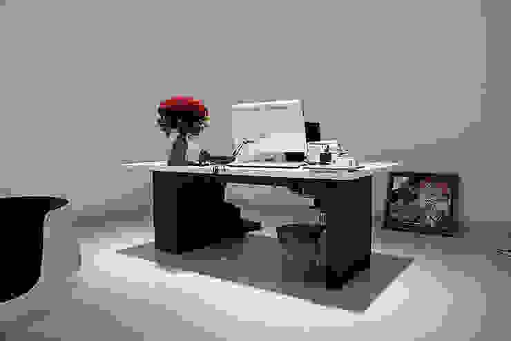 Кабинет генерального директора Sanoma Independent Media Рабочий кабинет в стиле модерн от Fineobjects Модерн