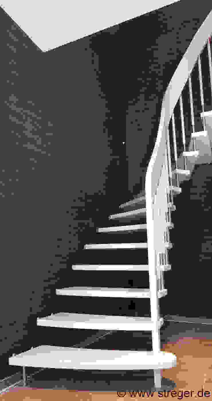 Tragbolzentreppe aus dem Holz der Buche Moderner Flur, Diele & Treppenhaus von STREGER Massivholztreppen GmbH Modern