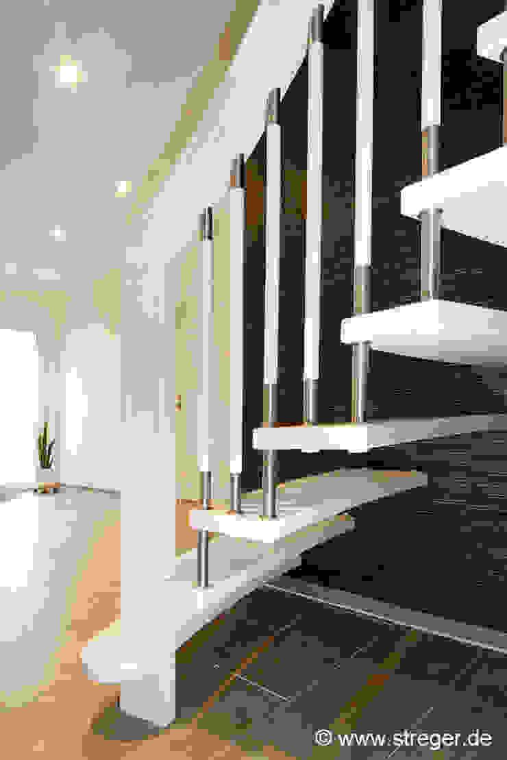 Geländerstäbe aus Edelstahl Moderner Flur, Diele & Treppenhaus von STREGER Massivholztreppen GmbH Modern