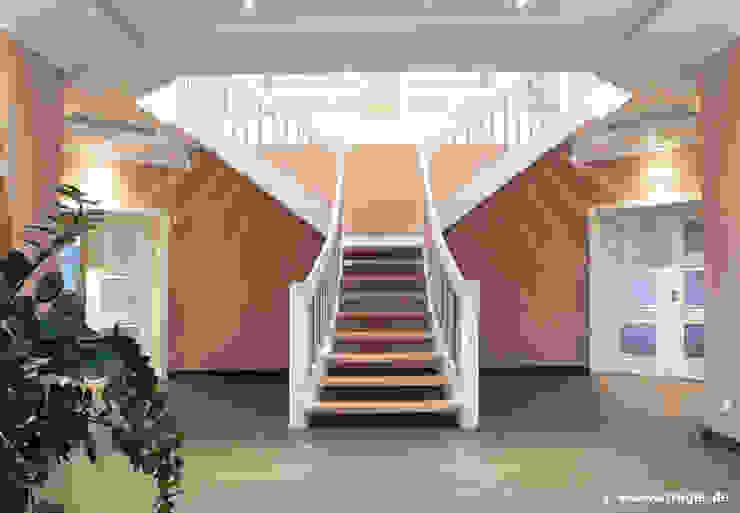 クラシカルスタイルの 玄関&廊下&階段 の STREGER Massivholztreppen GmbH クラシック